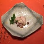 42933808 - アミューズは若鶏のコンフィ!やわらかな食感でとても風味が良く、ひと口でぺろり!