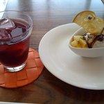 Beans Bakery Cafe - 自家製サングリアのソーダ割りとジェラート