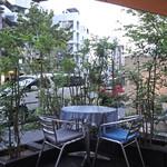 天現寺カフェ - テラスで過ごす夏の夕方