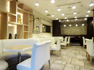 天現寺カフェ - 明るい時間帯の店内は真っ白