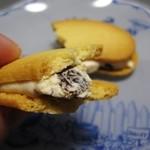 おもたせや - ホワイトショコラクリームはバナナ風味(東京ばな奈のレーズンサンド)