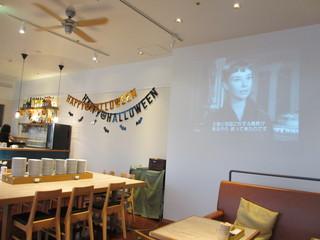 ポータル カフェ アキバ - スクリーンでは、ディズニや名作映画上映も♪写真は『ローマの休日』♪