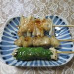 ハマケイ - 上からヤゲン軟骨串(塩)、ぼんじり串(塩)、梅しそ串(塩)