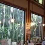 八間蔵 - 大きなガラス窓からは竹林が見えます