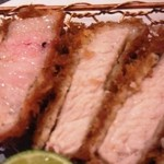 とんかつ マンジェ - 「日向あじ豚とんかつ」アップ。一番左の赤身と脂身の部分ロース肉が特に美味い。