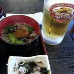 42956138 - シラスの生と釜揚げ+鮪の3色丼2,000円と生ビールはラガー570円