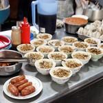 山河魯肉飯 - 並ぶ肉燥飯