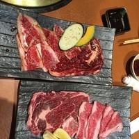 個室で焼肉食べ放題 焼肉虎至-牛ロースとカルビ