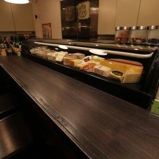 全12席、居心地の良いチーズ・ワイン好きが集うお店。