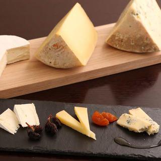 常時30種以上!海外で受賞経験もある日本産チーズを堪能。