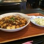 上海屋 - 後で、麻婆丼と野菜サラダ(といっても、ほとんどキャベツです)が出てきました