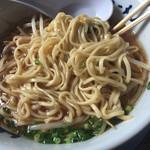 九州筑豊ラーメン 山小屋 - スタミナラーメンの麺は中太平ストレート。