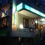 ソンブン - お店は2Fにあります 緑の看板とタイ国旗が目印