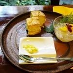 薬膳茶ソイビーンフラワー atきらら - スコーン(1/2)&銀耳のデザート(350円)