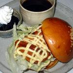 はしもと珈琲館 - 料理写真:鮭のスモークバーガー  セット¥850 単品 ¥600