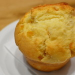 フラット ホワイト コーヒー ファクトリー ダウンタウン店 - 本日のマフィン(チーズ+オレンジ)