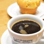 フラット ホワイト コーヒー ファクトリー ダウンタウン店 - アメリカン+本日のマフィン