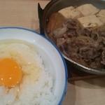 あづま - 生卵をご飯にのっけました