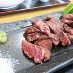 たにもと - 見るからに、高蛋白低脂肪の赤身肉です。焼き加減はミディアムレア位でしょうか。