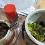 たにもと - 卓上には、一味と青唐辛子味噌と高菜漬けが置いてあります。