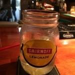 ブレナンズ・アイリッシュバー - 期間限定かな? スミノフレモネード。 すっきりしておししかった! この瓶で飲むのがいいよね!