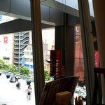 須田町食堂 - 店内から外を眺めて。窓が大きくて気持ちいいです。
