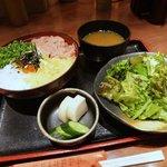 郷どり 燦鶏 - まぜうま丼セット、1070円……。日和った……。