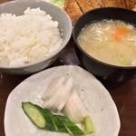 とんかつ 燕楽 - 糠漬け/御飯/味噌汁