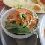 パラカス - ミニサラダにはインド料理独特の人参を使ったオレンジのドレッシングがかけられてます。