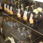 お米工房 - 料理写真:おにぎりは全24種類。焼おにぎり(189円)、と銀鮭(257円)以外は全て157円。