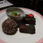 鬼怒川金谷ホテル - 料理写真:夕食後にラウンジでチョコレートのサービス。買えば1粒400円するボンボンショコラが好きなだけいただけます