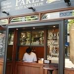 PARLA - 店舗前にスタンディングテーブルあり。
