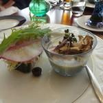 カジュアルフレンチ アミー - 前菜(左)秋鮭と野菜のテリーヌ マリネサーモンのサラダ仕立て、(右)ヴィシソワーズ