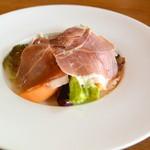 43216902 - ル レストラン ハラ・イタリア サンダニエーレ産の生ハムとメロンのサラダ(2015.06)