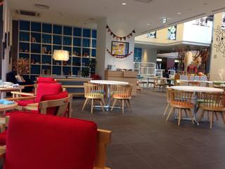 b's kafé - 広い店内 開放感あり