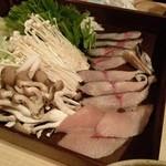 正しい晩ごはん 白-はく- - 鍋のお野菜と魚。