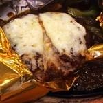 ココス - 料理写真:5種チーズの包み焼きハンバーグ(カット)