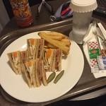 ANAクラウンプラザホテル - 人生初のルームサービス注文。クラウンクラブハウスサンドイッチ 1700円。トマト抜きって注文したのに。まあ、いいか!