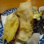 荒木 - 天ぷらは「鯛」「鰆」「カンパチ」「茄子」「サツマイモ」「ピーマン」など。 衣が薄く好みですね。揚げたてですので美味しいこと。