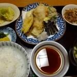 荒木 - 今回は「天ぷら定食(900円)」を頂きました。 天ぷら(魚3種・野菜4種)・小鉢2品・お味噌汁・香の物・ご飯のセットです。