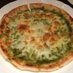 カフェ&バー アビオン - バジルチーズピザ 成田空港の国際線搭乗を待っている間に。 これを食べた2時間後には、機内食ディナー^^