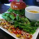 絵本と珈琲 ペンネンネネム green - とことんまともな ハンバーガーセット
