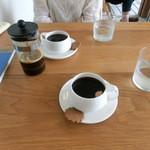 カフェ アキッサ - 奥様のプレスプレス、僕のドリップ(手前