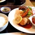 イタダキ - 日替わりランチ(880円だったかな?)本日のメイン料理+4種類の内1品をセレクト+野菜サラダ、白ご飯、味噌汁、お漬物