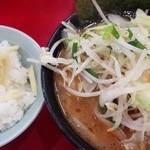43247062 - チャーシュー麺野菜トッピング、ライス(サービス生姜のせ)