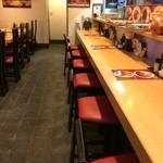 くま食堂 - L字形カウンター席10席、4人掛けテーブル4卓の、意外に広い店内