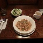 ロペ - ガーリックチャーハン 600円 サラダ、カップスープ付