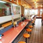 豚珍館 - ラーメン屋お約束のカウンター席(笑) 15席あります。御一人でもごゆっくり!