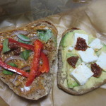 サン オブ ア サンドイッチ - 片面には生バジル、赤玉葱、パプリカ、バターピーナッツ。もう片面にはアボカト、チェダーチーズ、乾燥トマトを挟んだオーナーがお父さんから引き継いだ味のサンドイッチです。
