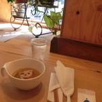薬膳 LactoCafe(ラクトカフェ) - 最初に配膳されたのは「根菜のスープ」。窓際のグリーンと陽の光が心地良い。